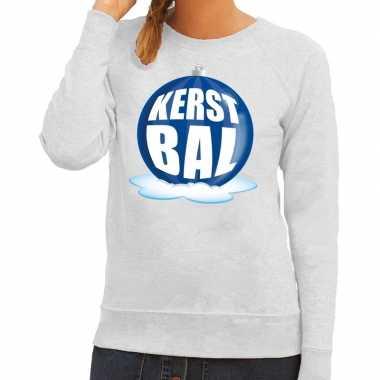 Foute kerstkersttrui kerstbal blauw op grijze sweater voor dames