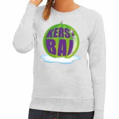 Foute kerstkersttrui kerstbal groen op grijze sweater voor dames