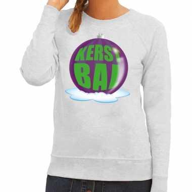 Foute kerstkersttrui kerstbal paars op grijze sweater voor dames