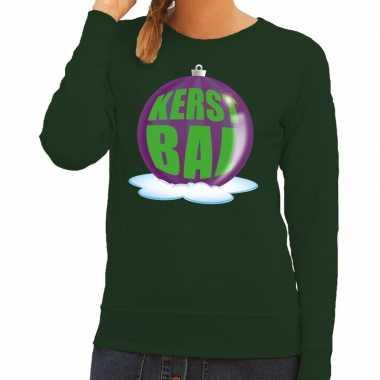 Foute kerstkersttrui kerstbal paars op groene sweater voor dames