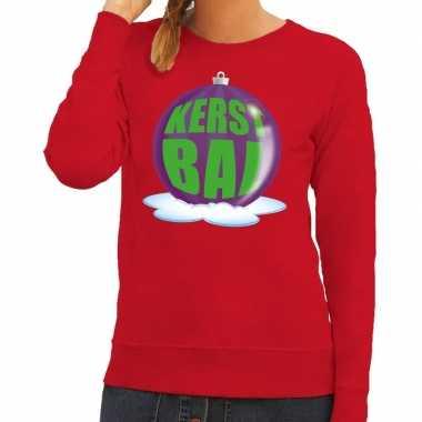 Foute kerstkersttrui kerstbal paars op rode sweater voor dames