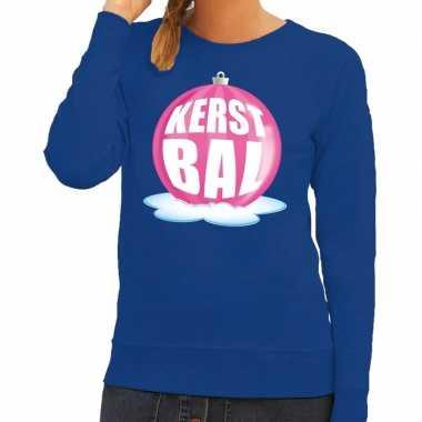Foute kerstkersttrui kerstbal roze op blauwe sweater voor dames