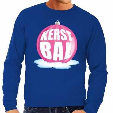 Foute kerstkersttrui kerstbal roze op blauwe sweater voor heren