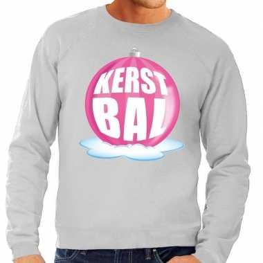 Foute kerstkersttrui kerstbal roze op grijze sweater voor heren