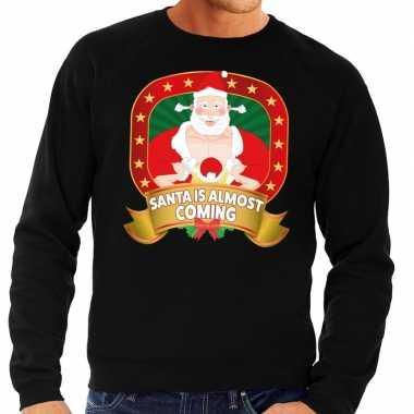 Foute kerstkersttrui zwart santa is almost coming voor heren